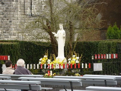 Varech: The statue of Our Lady of Beauraing, in Belgium, CC BY-SA 3.0,