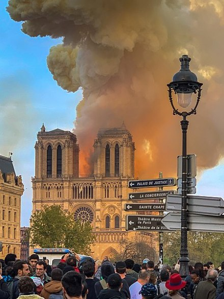Notre Dame on fire, 15.4.2019, Milliped, CC BY-SA 4.0, commons..